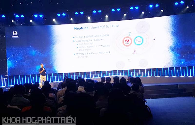 Ông Võ Quế Sơn giới thiệu về sản phẩm IoT hub