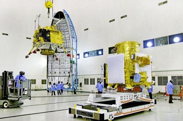 Tàu đổ bộ Mặt Trăng Vikram của Ấn Độ (trái) được chuyển vào vị trí phóng trên tàu vũ trụ Chandrayaan-2. (Nguồn: space.com)