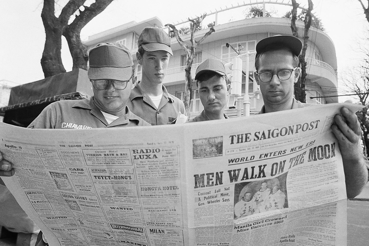 Một nhóm lính Mỹ đang đọc tin tức về cuộc đổ bộ của Apollo 11 lên Mặt trăng. Góc đường Tự Do và Nguyễn Văn Thinh, Sài Gòn (nay là đường Đồng Khởi và Mạc Thị Bưởi, TP.HCM). Nguồn: Flickr – manhhai.