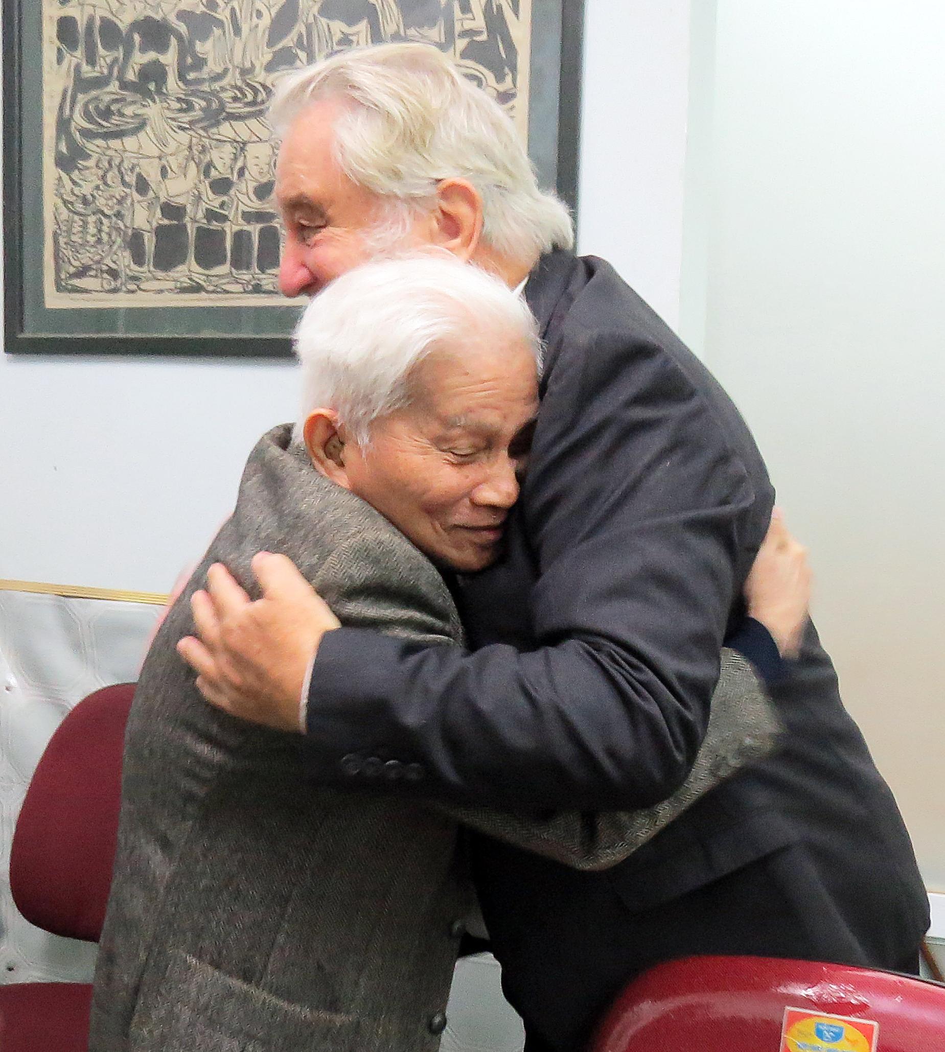Giáo sư Hoàng Tụy và giáo sư Pierre tại buổi mừng sinh nhật lần thứ 85 của GS. Hoàng Tụy do Tia Sáng tổ chức.