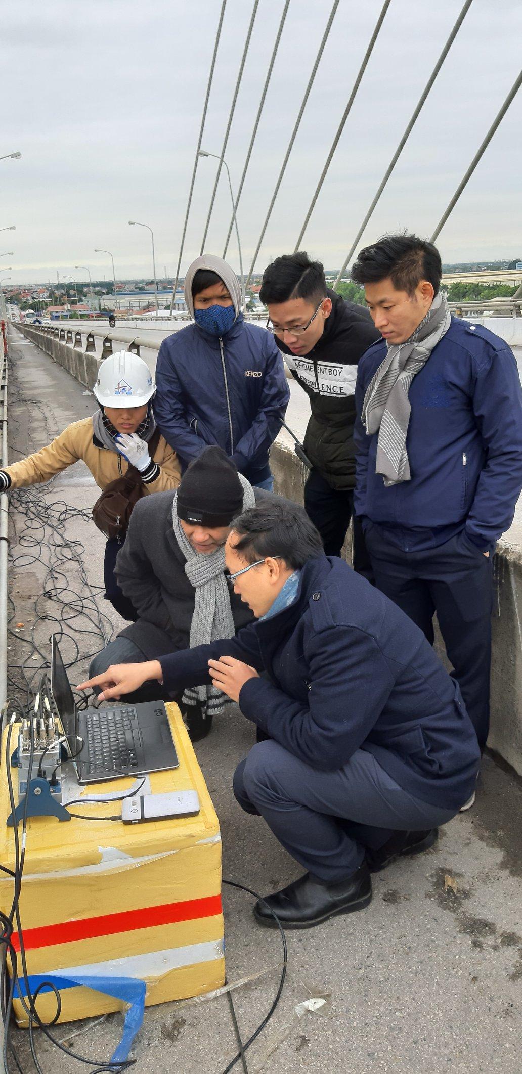 Các nhà khoa học Việt Nam và Anh đang xây dựng mô hình bản sao số của cầu Kiền, Hải Phòng. Nguồn: Newton Fund: Digital twin model for SHM