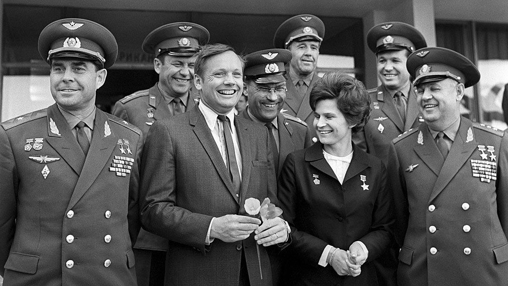 Neil Armstrong với nhà nữ du hành vũ trụ đầu tiên Valentina Tereshkova khi ông đến thăm thành phố Ngôi Sao, ngoại ô Moscow năm 1970. Nguồn: Pinterest.