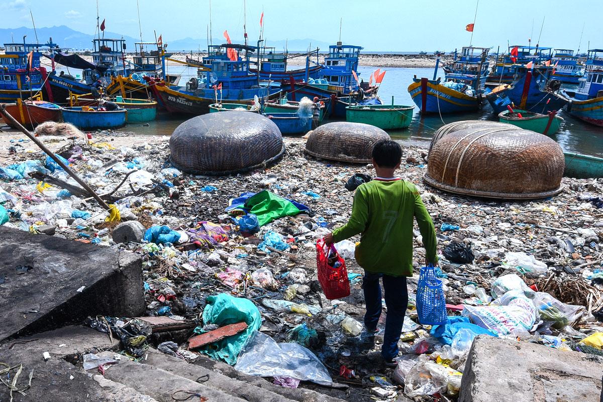 Việt Nam đang gặp khó khăn trong việc xử lý rác thải nhựa của chính mình, chưa nói đến các luồng rác thải được nhập về. Trong ảnh là bãi biển ở Bình Thuận do nhiếp ảnh Lekima Hùng thực hiện năm 2018.