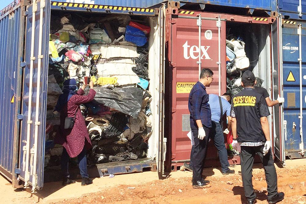 Hải quan Indonesia kiểm tra container chứa đầy rác nhập lậu | Ảnh: The Jakarta Post