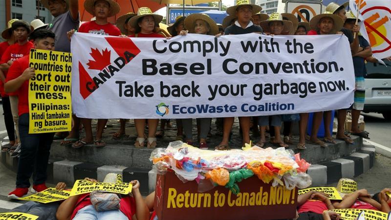 Người dân Philippines biểu tình vào tháng 5/2019 trước cửa ĐSQ Canada ở Manila để buộc nước này nhận lại rác và kêu gọi các nước phát triển khác không xuất khẩu rác sang Đông Nam Á | Ảnh: AP