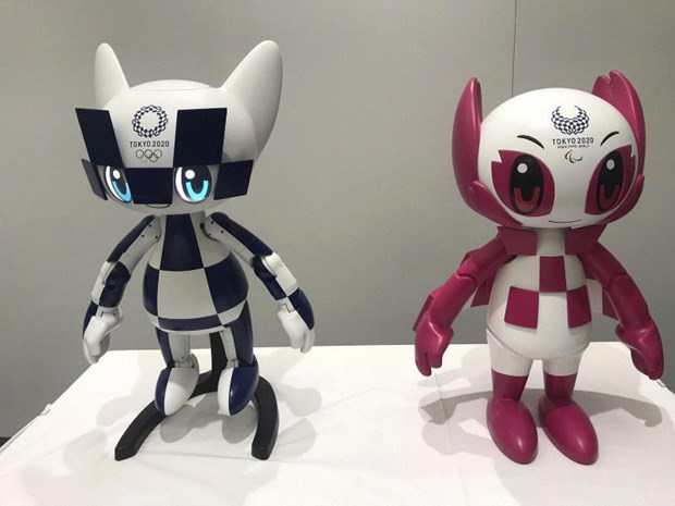 Robot mô phỏng linh vật Miraitowa và Someity. (Ảnh: AP)