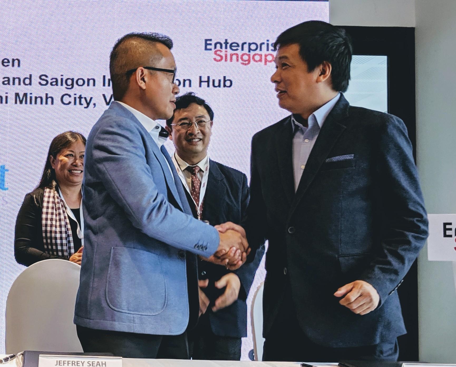 Ông Png Cheong Boon và ông Huỳnh Kim Tước, Giám đốc Saigon Innovation hub  tại lễ công bố. Ảnh: K.Chinh