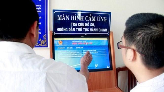 Người dân đang được giới thiệu về các dịch vụ công trực tuyến. Nguồn: Công an Quảng Bình
