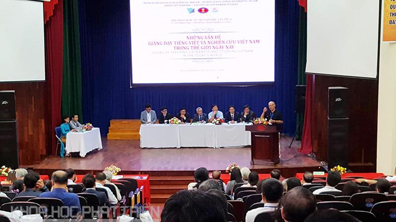 Các diễn giả trình bày những nghiên cứu của mình tại Hội thảo