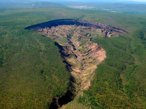 Hố Batagaika tại Siberia là một hố sụt rỗng khổng lồ hình thành do lớp đất đóng băng vĩnh cửu tan chảy | Ảnh: The Sun