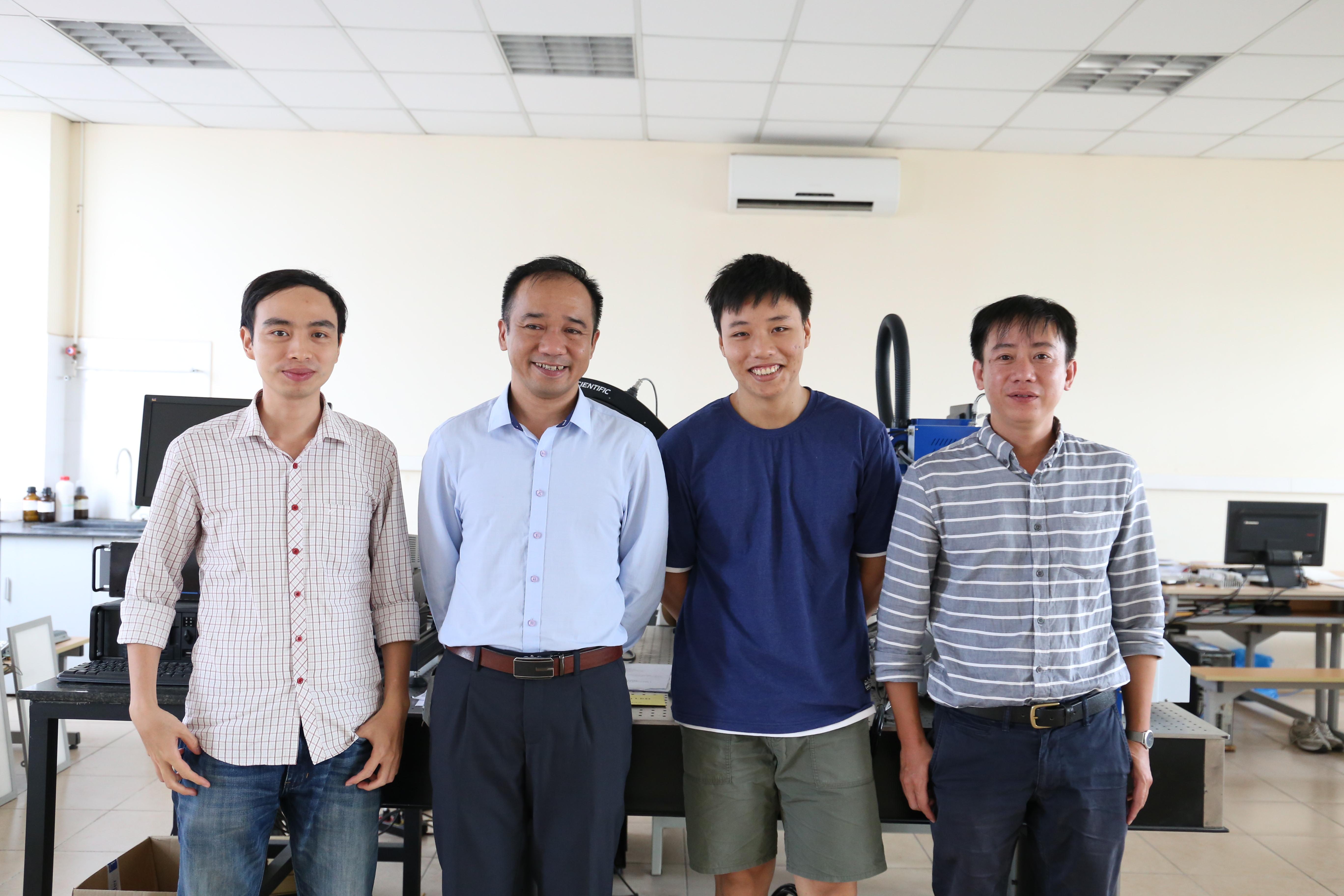 TS. Đào Xuân Việt (ngoài cùng bên phải) và các thành viên trong phòng thí nghiệm HUST – RALACO LED (ĐH Bách Khoa). Nguồn: KHPT