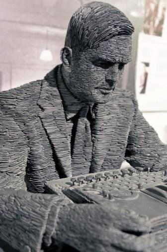 Tượng Alan Turing của Stephen Kettle tại Bletchley Park, nơi hoạt động của Tổ giải mã Enigma, được xây dựng từ một triệu mảnh đá núi vùng Wales. Ảnh: Wikipedia.