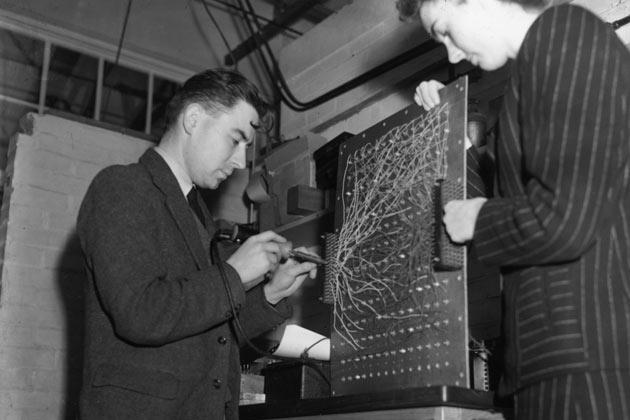 Trong chiến tranh thế giới thứ hai, Turing đã tham gia vào việc giãi mã cỗ máy Enigma của Phát xít Đức.