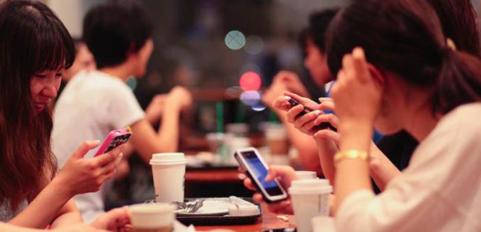 Mạng xã hội đang trở nên phổ biến ở Việt Nam, một phần không nhỏ đến từ việc bùng nổ người dùng smartphone | Ảnh: Internet