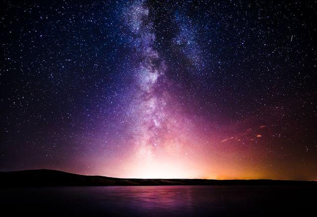 """Những hố đen này, lạc lõng trong bóng tối, lặng lẽ hút vật chất trong vũ trụ - bụi vũ trụ và những vật chất trôi nổi giữa các vì sao. Nhưng quá trình đó không hiệu quả và một lượng lớn vật chất bị đẩy vào không gian với tốc độ lớn.  Các nhà nghiên cứu cho rằng khi dòng chảy đó tác động tới môi trường xung quanh, nó sẽ sản sinh ra những sóng vô tuyến mà các kính viễn vọng vô tuyến của con người có thể phát hiện ra. Nếu các nhà khoa học vũ trụ có thể lọc những sóng này khỏi các nhiễu loạn trong thiên hà, họ có thể phát hiện  những hố đen vô hình này.  Các nhà nghiên cứu đã viết trong báo cáo, dù chưa được đánh giá bởi các nhà khoa học đồng cấp và được công bố vào ngày mùng 1 tháng 7 bằng một bản in sẵn trên arXiv rằng """"Cách nguyên thủy nhất để theo dõi IBH là từ phát xạ tia X của chúng """"   Tại sao vậy? Khi các hố đen hút các vật chất từ không gian, những vật chất đó tăng tốc ở phần rìa của chúng và hình thành nên thứ gọi là đĩa bồi tụ. Những vật chất trong đĩa bồi tụ này cọ xát với chính nó và xoay hướng vào vùng chân trời sự kiện – điểm không thể quay lại của một hố đen – phát ra những tia X trong quá trình này.  Nhưng các hố đen biệt lập, với kích cỡ nhỏ hơn so với các hố đen siêu khủng, không phát ra lượng tia X lớn theo cách này. Đơn giản là, không đủ lượng vật chất hay năng lượng trong đĩa bồi tụ của nó để tạo ra tín hiệu tia X lớn. Các cuộc truy tìm IBH bằng tia X trong quá khứ đã thất bại và không đưa ra được kết luận cuối cùng.  Hai nhà nghiên cứu Daichi Tsuna của Đại học Tokyo và Norita Kawanaka của Đại học Kyoto đã viết trong nghiên cứu của họ như sau """"Những dòng chảy khiến IBH có thể được phát hiện bằng các bước sóng khác. Những dòng chảy có thể tương tác với các vật chất xung quanh và tạo ra các rung động phi va chạm mạnh ở các mặt. Những rung động này có thể khuếch đại từ trường và tăng tốc các electron, sau đó các electron này sẽ phát ra bức xạ điện từ trong các bước sóng vô tuyến.""""  Nói một cách khác, các dòng chảy này sẽ trượt qua các vật chất vũ trụ n"""