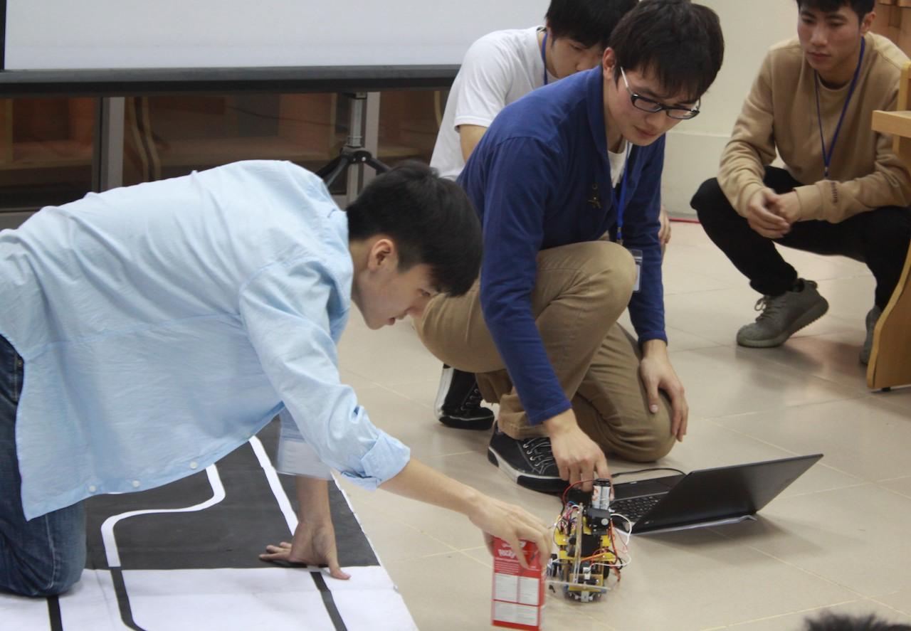 Sinh viên công nghệ thông tin ĐH Bách khoa Hà Nội thử nghiệm Robot do các em thiết kế. Ảnh: soict.hust.edu.vn