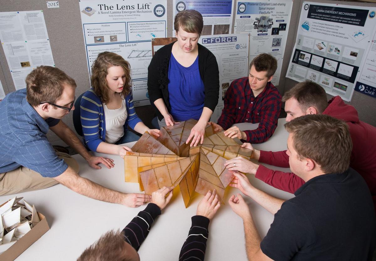 Các sinh viên của GS Larry L. Howell tại ĐH Brigham Young University đang vận dụng origami đã giải quyết những vấn đề phức tạp trong lĩnh vực vật lý thiên thể. Ảnh: BYU.