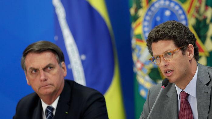 Tổng thống Jair Bolsonaro (trái), cùng với Bộ trưởng Bộ Môi trường Ricardo Salles bày tỏ nghi ngờ tính đúng đắn của dữ liệu vệ tinh chứng tỏ nạn phá rừng ở Brazil ngày một gia tăng kể từ khi ông nắm quyền. Nguồn: AP/Elaldo Peres