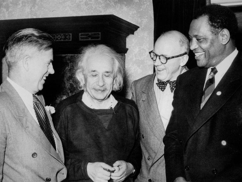 Einstein cùng với nhà đấu tranh dân quyền người Mỹ gốc Phi và nam diễn viên Paul Robeson (bìa phải), cựu Phó Tổng thống Mỹ Henry Wallace (trái) và Lewis L. Wallace của Đại học Princeton. Nguồn: Bettmann/Getty.