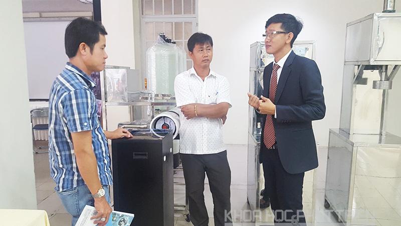 Ông Nguyễn Vũ Linh (áo đen bên phải) giới thiệu về công nghệ lọc và làm ngọt nước tinh khiết