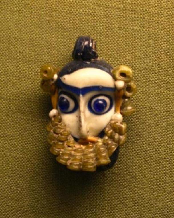Mặt dây chuyền thủy tinh của người Phoenician [hình dạng một đầu người đàn ông có râu] có niên đại từ thế kỷ thứ 4 đến thế kỷ thứ 3 trước Công nguyên. Ảnh: Wikipedia.