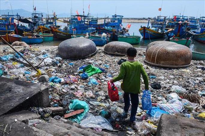 """Theo kết quả điều tra của AlphaBeta, năm 2017, Việt Nam có 2,26 triệu tấn rác thải nhựa, so với số liệu 1,8 triệu tấn do FAO công bố ngày 5/6/2019. Trong đó,  chỉ có khoảng 1,22 triệu tấn, tức là chiếm 54% số lượng được thu gom, còn lại 1,04 triệu tấn bị """"bỏ mặc"""", ảnh hưởng đến môi trường ở khu vực đất liền và đại dương."""