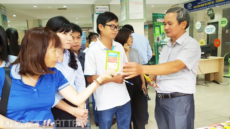 Ông Phạm Xuân Hưng (ngoài cùng bên phải) giới thiệu về chế phẩm vi sinh do ông và các cộng sự nghiên cứu
