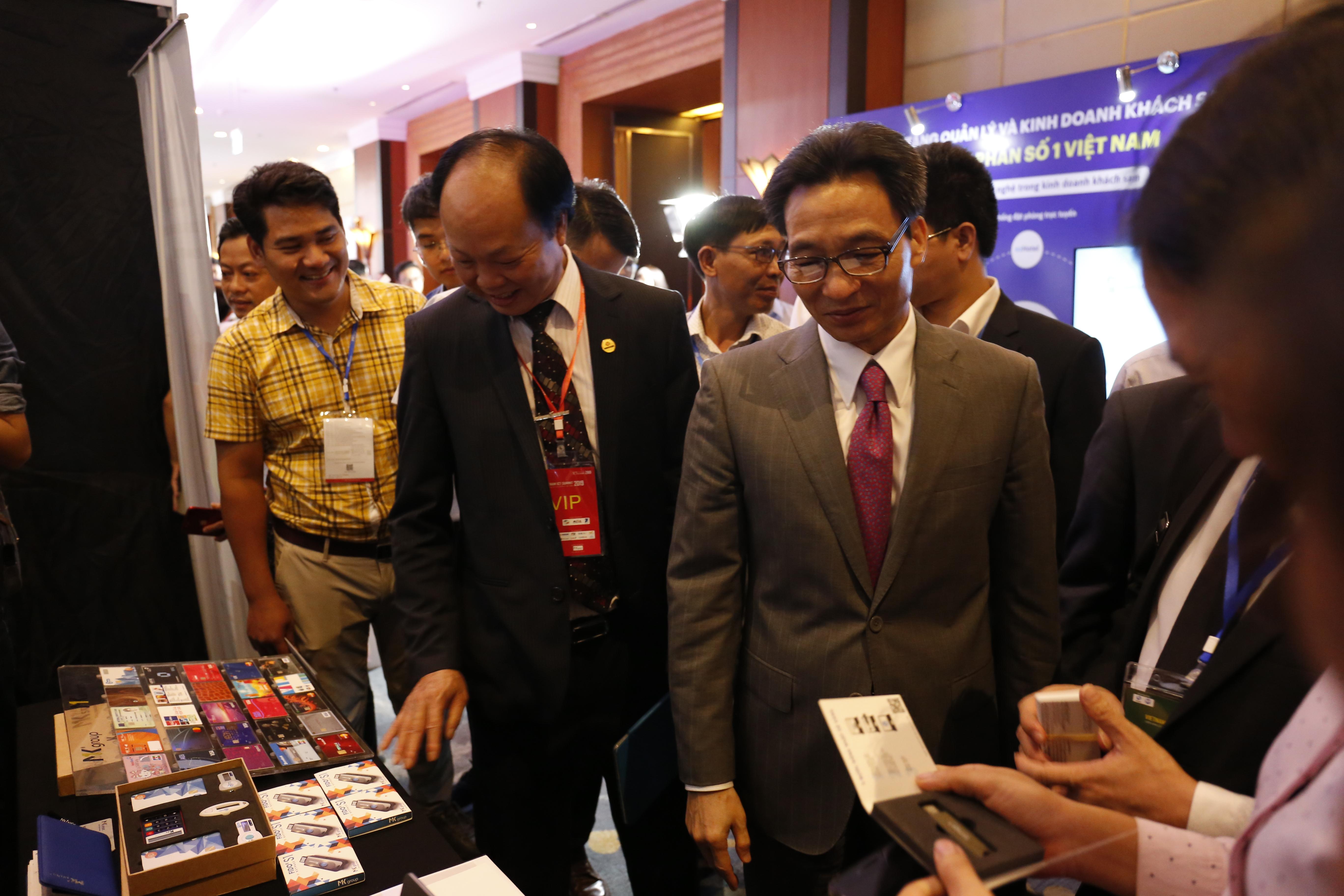 Phó Thủ tướng Võ Đức Đam tham quan các gian hàng triển lãm trong diễn đàn ICT Summit 2019 | Ảnh: Ngô Hà