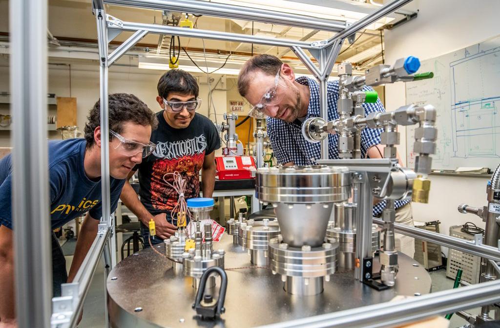 Các nhà nghiên cứu tìm hiểu công nghệ ArgonCube tại Phòng thí nghiệm quốc gia Mỹ Lawrence Berkeley. Nguồn: Marilyn Chung/Lawrence Berkeley.