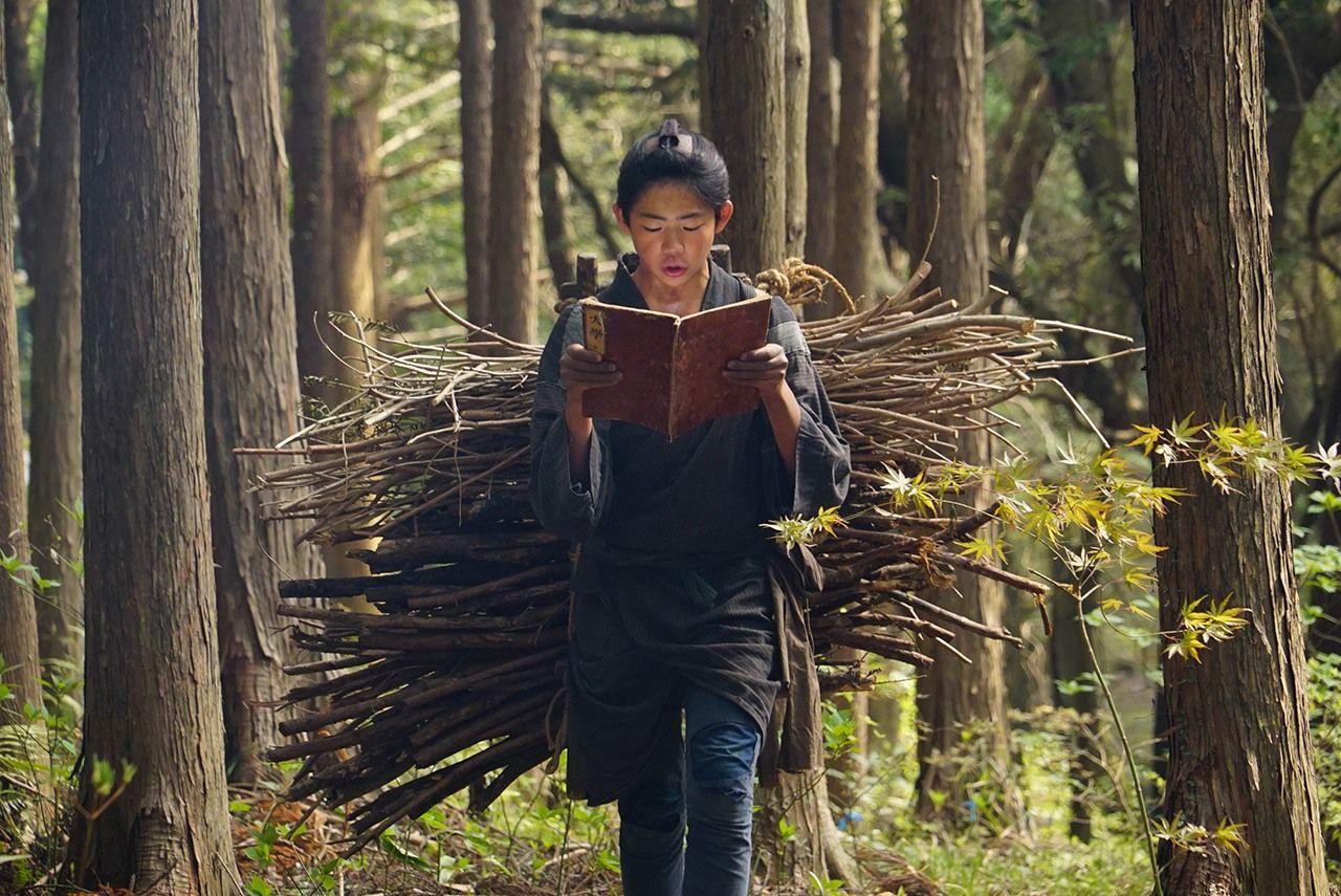 Hình ảnh cậu bé Kinjiro vừa gánh củi vừa chăm chú đọc sách trong bộ phim về cuộc đời Ninomiya Sontoku. Nguồn: NHK.