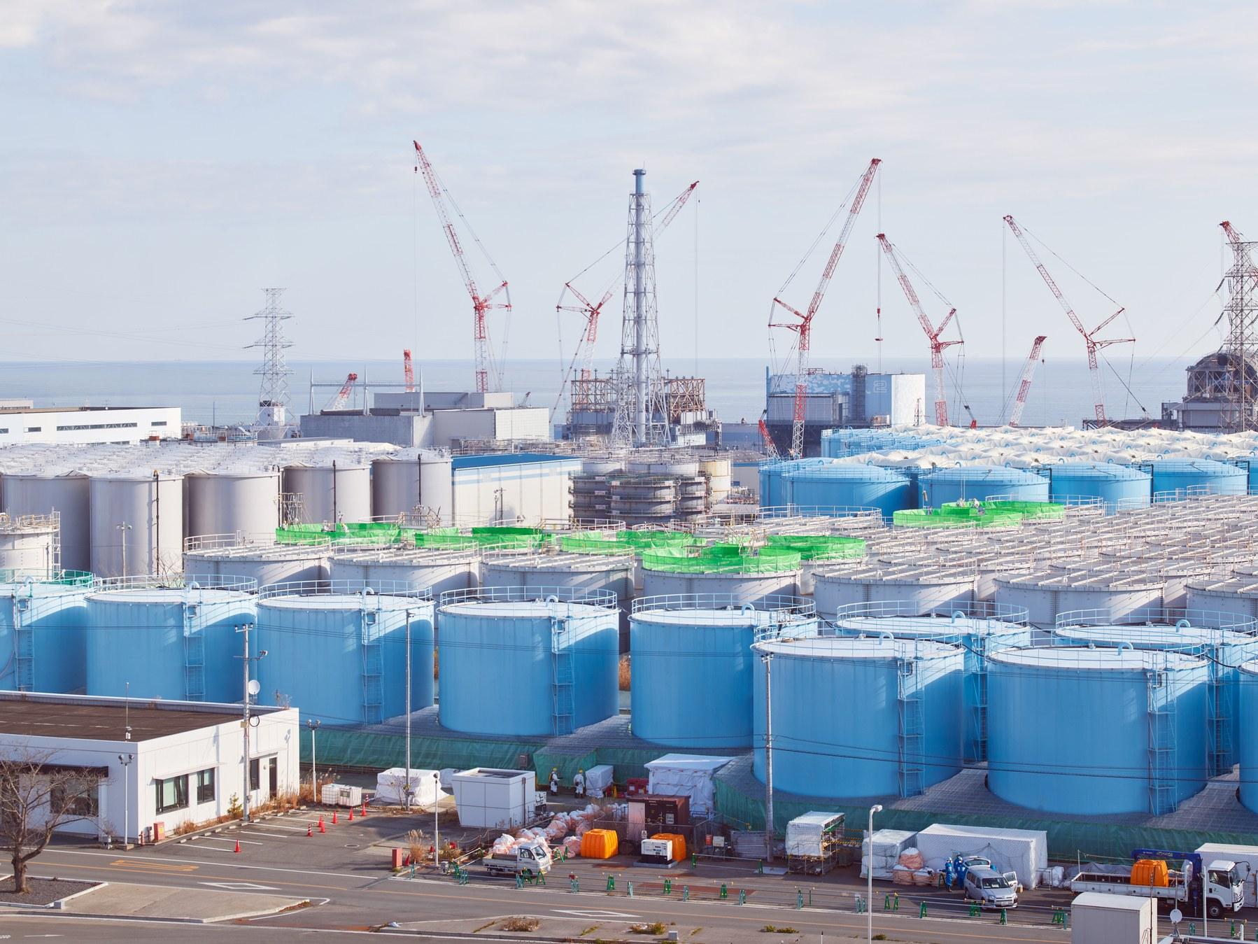 Các thùng chứa nước nhiễm xạ tại nhà máy Fukushima Daiichi. Ảnh: Wired.