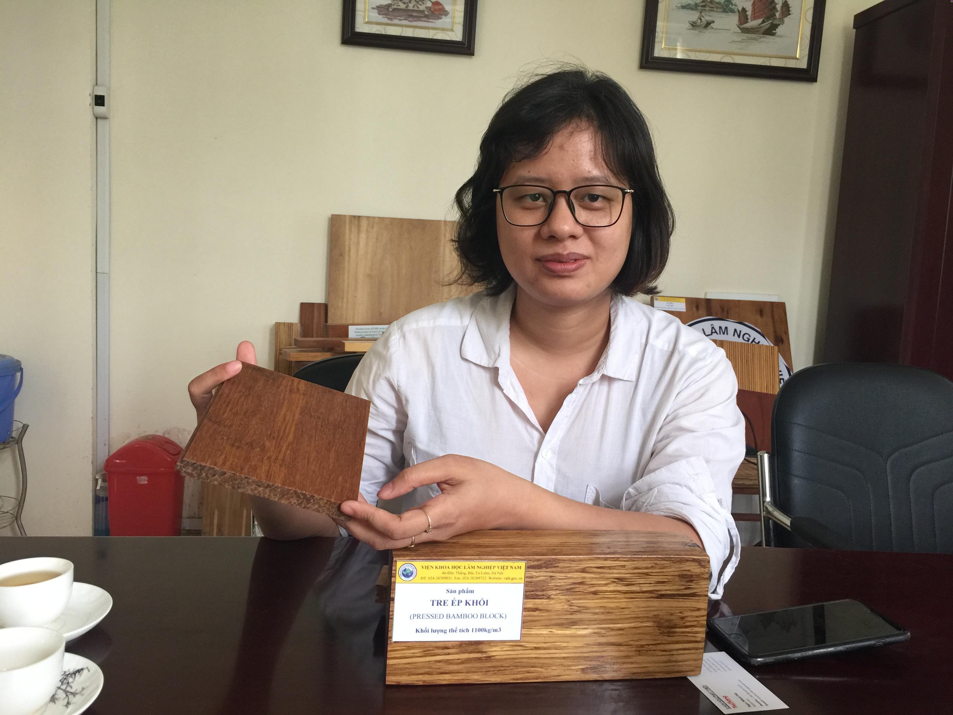 TS. Nguyễn Thị Phượng, Viện Nghiên cứu Công nghiệp Rừng, giới thiệu về tre ép khối được tạo ra từ đề tài. Ảnh: Ngô Hà