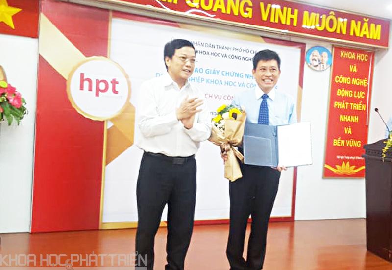 Ông Nguyễn Khắc Thanh trao giấy chứng nhận doanh nghiệp KH&CN cho Công ty HPT