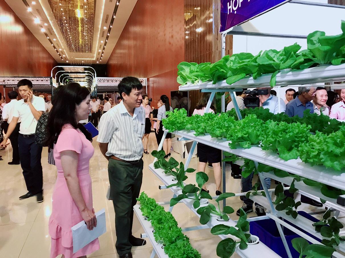 Các đại biểu tham quan 30 gian hàng trưng bày trình diễn các sản phẩm nông, lâm, thủy sản của các doanh nghiệp và các tỉnh Phú Yên, tỉnh Bình Định, Đắk Lắk… | Ảnh: Đăng Minh