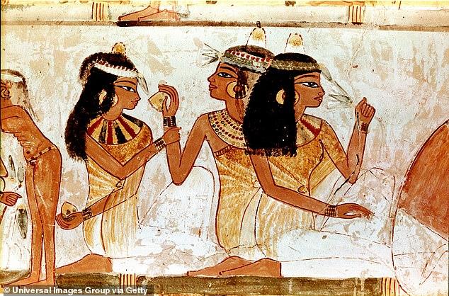 Hai giáo sư đến từ Đại học Hawaii đã tái tạoloại nước hoa Nữ hoàng Ai Cập Cleopatra từng sử dụng và đem trưng bày tại triển lãm National Geographic.
