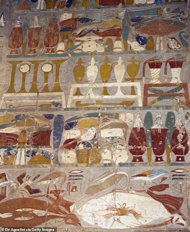 Hoạt động tiến dâng các lọ nước hoa giữa thần mình người đầu chó Anubis và Hatshepshut được tìm thấy trên một bức tranh tường tại Nhà thờ Anubis thuộc Đền Hatshepshut tại Deir el-Bahari, nằm trong trung tâm khảo cổ Thebes.