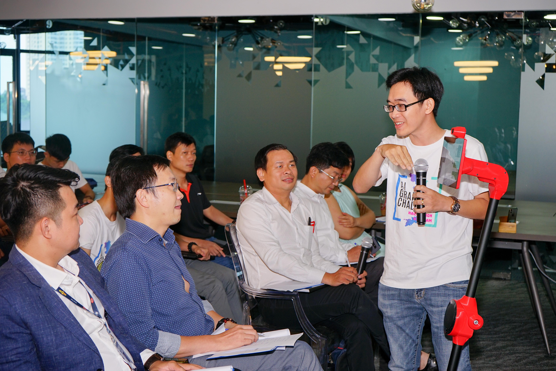 Nhân lực CNTT người Việt đã có bước chuyển dịch từ chỗ là Coder làm thuê cho nước ngoài dần trở thành Developer có khả năng tạo ra sản phẩm. Trong ảnh, một đội thuyết trình về sản phẩm tại vòng chung kết cuộc thi Hackathon Vietnam AI Grand Challenge trong khuôn khổ ngày hội AI4VN diễn ra vào 16/8/2019. Ảnh: BTC