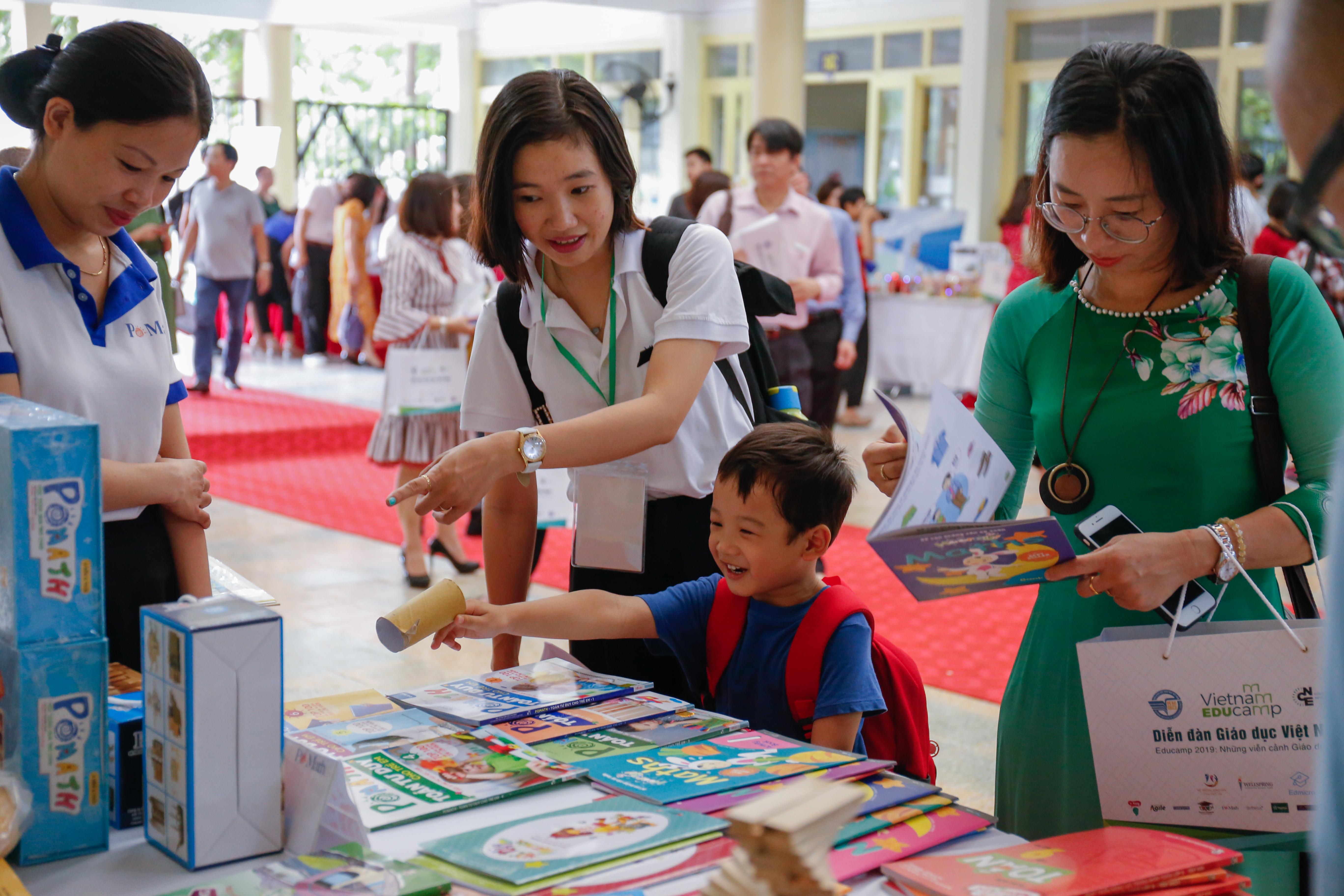 Phụ huynh, học sinh và giáo viên tham khảo sách Toán cho học sinh tiểu học tại khu vực triển lãm Vietnam Educamp 2019.