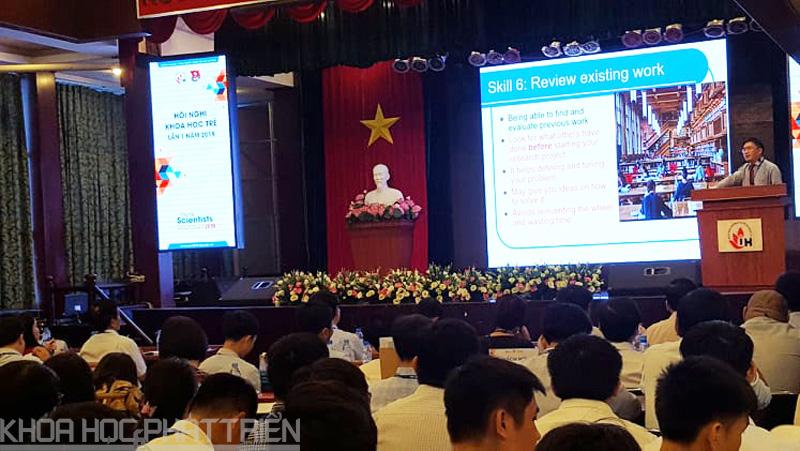 TS Đồ Đình Thuấn chia sẻ với sinh viên về phương pháp nghiên cứu khoa học