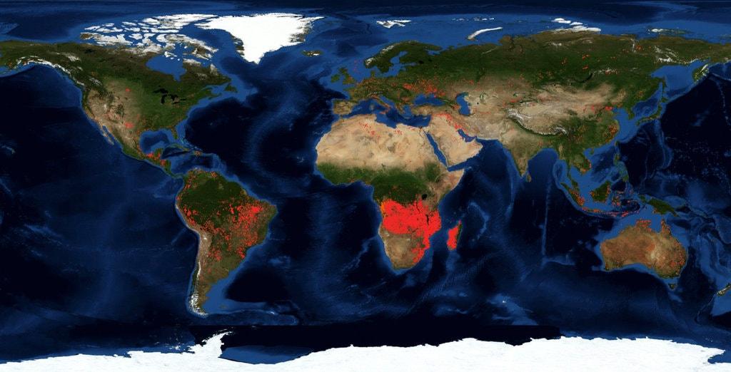 Một bản đồ vệ tinh của NASA hôm 27/8 cho thấy Trung Phi là một mảnh đỏ rực lửa, nhưng các chuyên gia cảnh báo rằng mỗi dấu chấm đại diện cho một đám cháy riêng biệt trong một khu vực địa lý rộng lớn| Nguồn: NASA