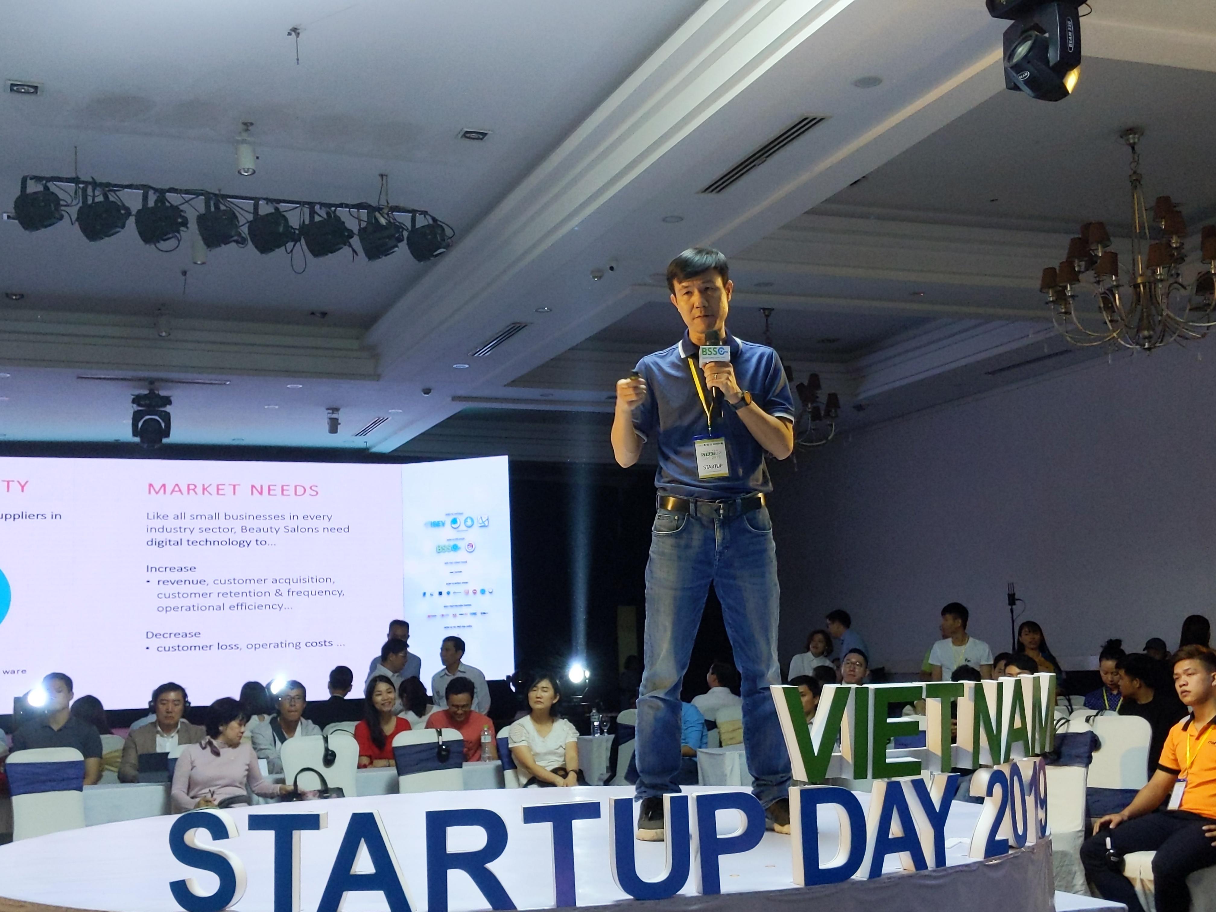Một startup từ Đà Nẵng vào dự phần pitching ở sân khấu giữa hội trường. Ảnh: T.Bung