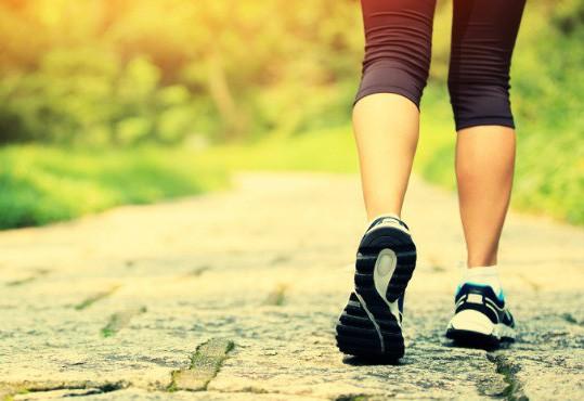 Với mỗi 30 phút đi bộ thông thường hoặc 15 phút đi bộ leo đốc mỗi ngày, bạn sẽ cắt giảm cho mình từ 7-14% nguy cơ tử vong do tai biến tim mạch - ảnh minh họa từ internet
