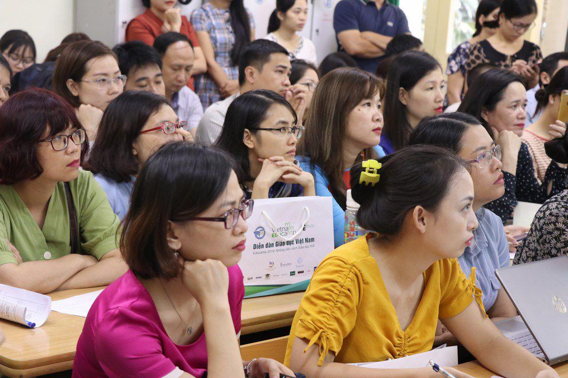 Một số thành viên Liên minh STEM họp bàn việc triển khai dự án ở trường THPT. Ảnh: HVĐ