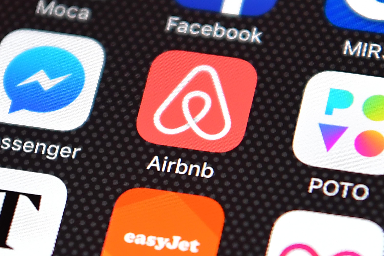 Các nền tảng như Airbnb, Facebook, ... đang có quá nhiều quyền lực, và thậm chí đang tự thiết lập một hệ thống pháp lý thay thế. Ảnh: Times.