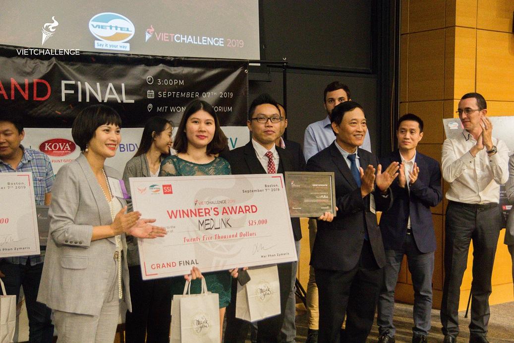 Thứ trưởng Trần Văn Tùng trao giải cho Medlink – startup vượt qua 400 dự án của người Việt trên toàn thế giới để vô địch Vietchallenge 2019 | Ảnh: VP Đề án 844