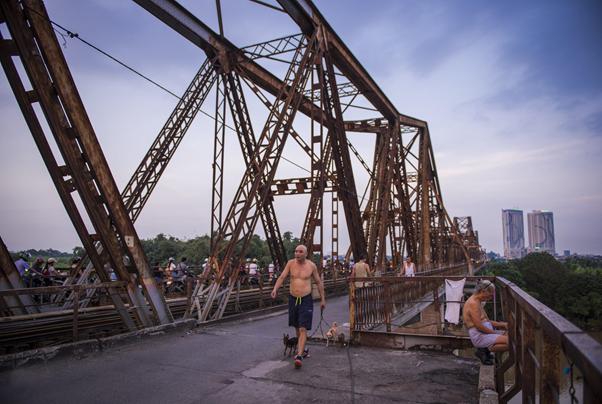 """Một cây cầu quá đỗi quen thuộc đối với mỗi người dân Hà Nội, nơi ta có thể bắt gặp rất nhiều hình ảnh sinh hoạt đời thường đẹp đẽ và thân thương.  """"Nhịp sống trên cầu Long Biên"""" - Tác giả Nguyễn Việt Dũng"""