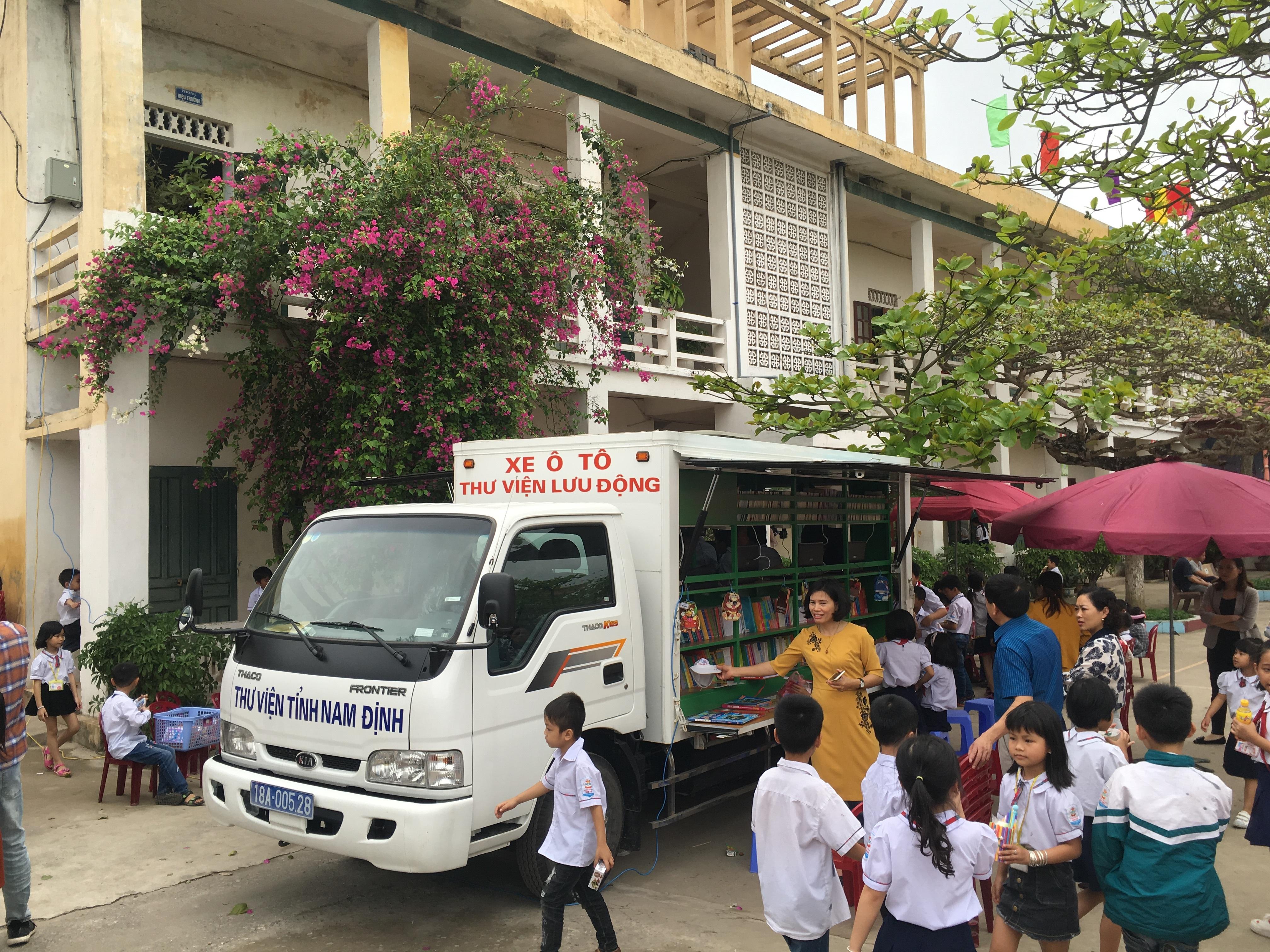 Xe Thư viện Lưu động của Thư viện tỉnh Nam Định phục vụ học sinh tại Ngày hội STEM và Hội thi Toán đầu Xuân 2019 của trường Tiểu học Nam Đào (huyện Nam Trực, Nam Định).