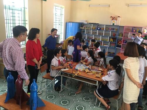 Chuyên gia giáo dục STEM của ĐH Công nghệ Sydney (Úc) và Viện Khoa học Giáo dục Việt Nam thăm Makerspace của trường Tiểu học Nam Tiến (huyện Nam Trực, Nam Định).