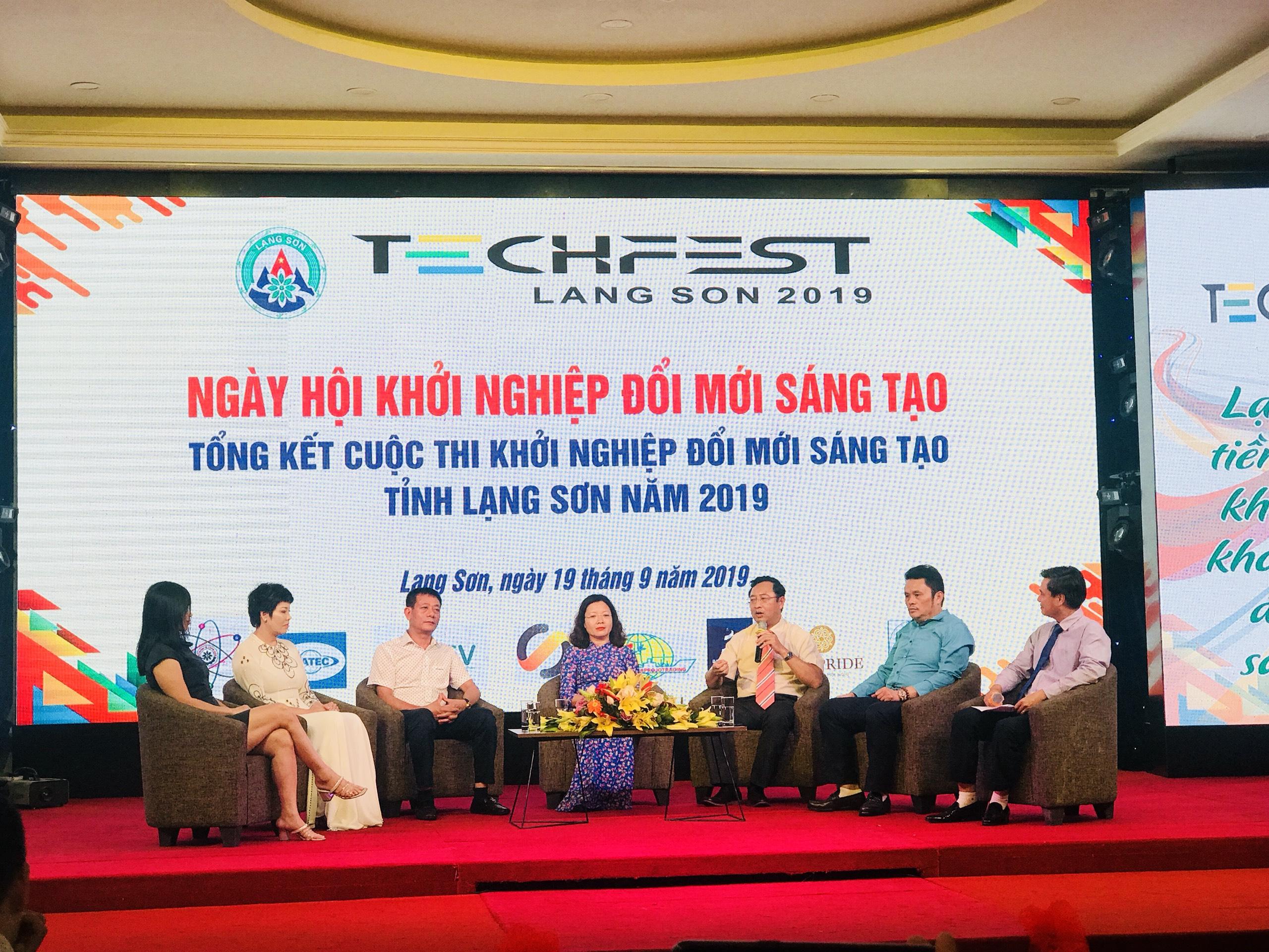 Đại diện Bộ Khoa học và Công nghệ và đại diện tỉnh Lạng Sơn trong Techfest Lạng Sơn 2019   Ảnh: BTC