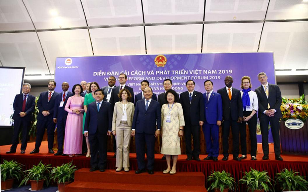 Thủ tướng Nguyễn Xuân Phúc và các diễn giả tham gia diễn đàn VRDF 2019 | Ảnh: BTC